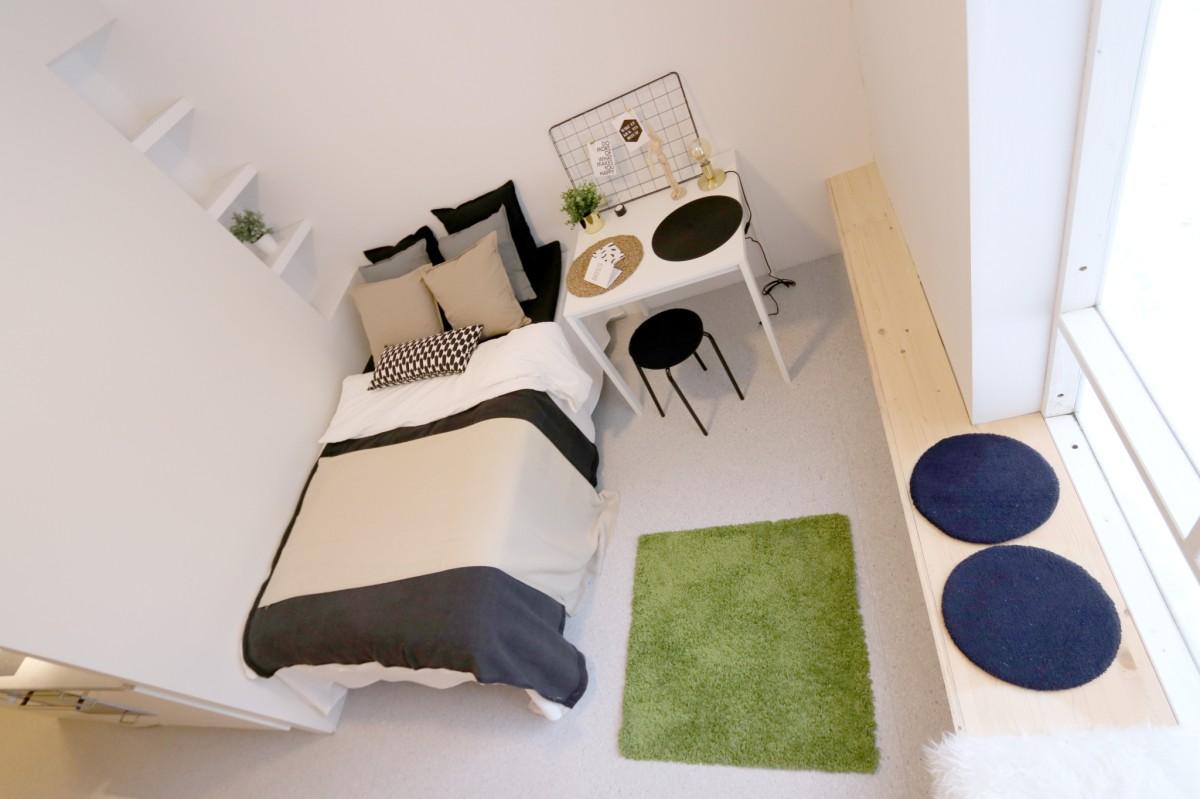 Romslig stue med god plass til seng